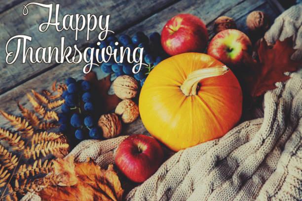 herfst achtergrond met pompoen. thanksgiving dag. selectieve focus. - fresh start yellow stockfoto's en -beelden