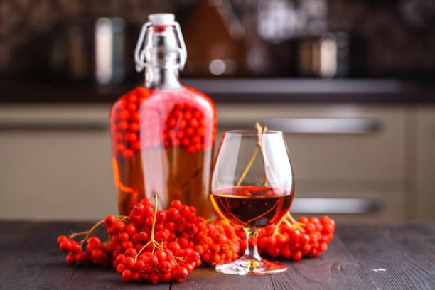 autumn berry alkohol trinken - holunderlikör stock-fotos und bilder