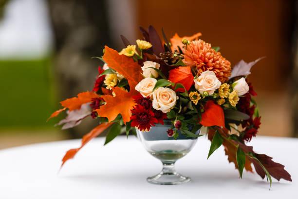 herfst boeket in een vaas, bessen, noten op een witte houten achtergrond - bloemstuk stockfoto's en -beelden
