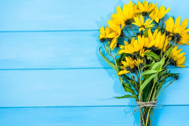 herbstliche bouquet, draufsicht, gelben blüten auf hölzernen hintergrund - herbst hochzeitseinladungen stock-fotos und bilder