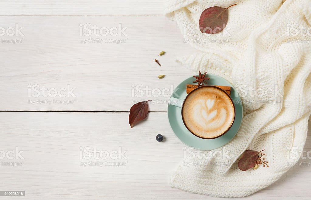 Autumn cappuccino coffee cup on white wood background - foto de stock