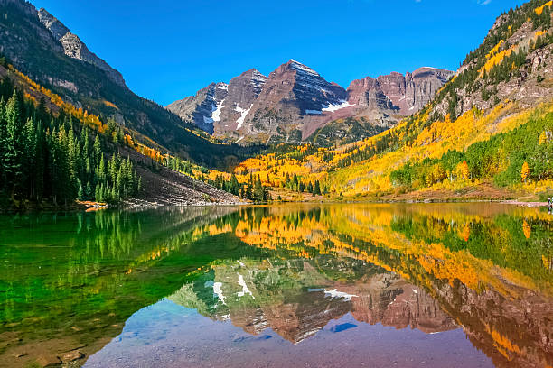 autumn colors at maroon bells and lake - bergspits stockfoto's en -beelden