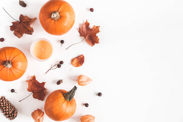 herbst komposition. kürbisse, kerzen, getrocknete blätter auf weißem hintergrund. herbst, herbst, halloween-konzept. flach legen, top aussicht, textfreiraum - herbst kerzen stock-fotos und bilder