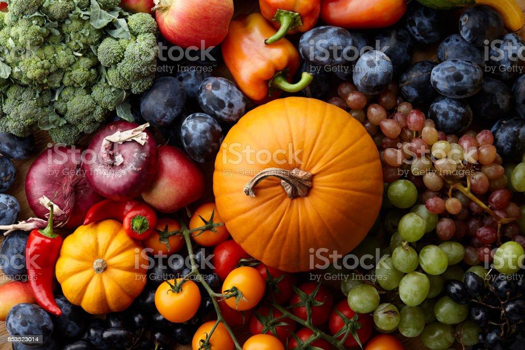 Conceito de outono com frutas e legumes da estação - foto de acervo
