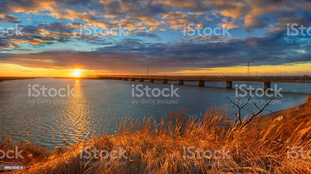 Herbstabend am Fluss Amur. Amur Brücke. Transsibirische Eisenbahn. Chabarowsk, Fernost, Russland – Foto