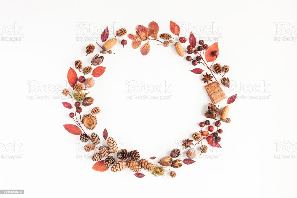Herbst-Herbstkranz auf weißem Hintergrund. Flach legen, Top Aussicht – Foto