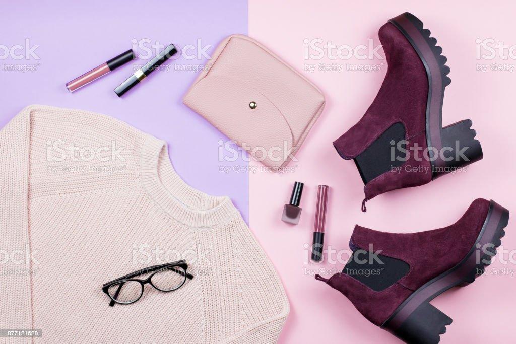 Herbst weibliche Kleidung und Accessoires auf Pastell Hintergrund. – Foto