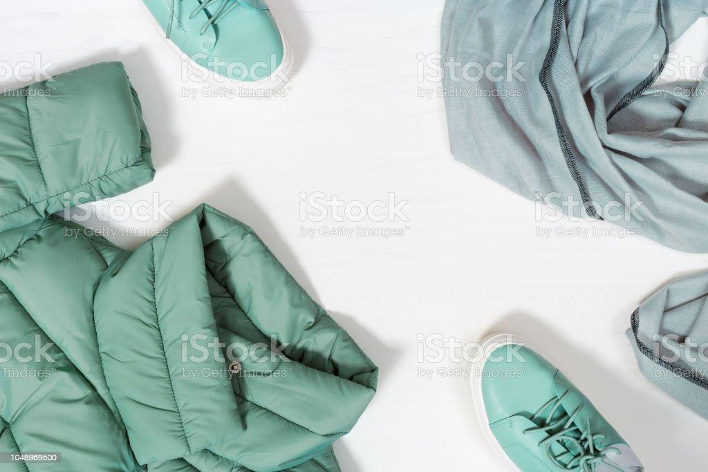 Outono plano colocar com espaço de cópia no backgraund concreto branco. Roupas femininas quente cor Tiffany, casaco quente, sapatos e cachecol. Vista superior. - foto de acervo