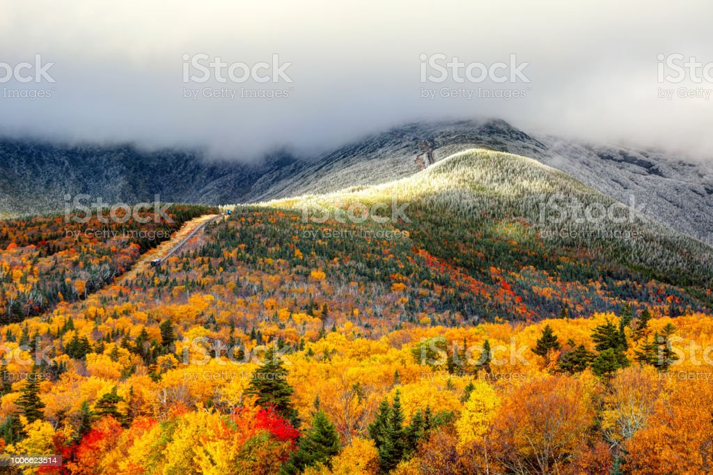 Autumn foliage and snow on the slopes of Mount Washington - Стоковые фото Аппалачиа роялти-фри