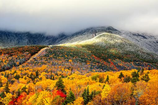 Autumn Foliage And Snow On The Slopes Of Mount Washington - Fotografias de stock e mais imagens de Ao Ar Livre