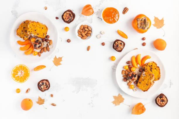 im herbst essen auf weißem hintergrund. flach legen, top aussicht - sharonfrucht stock-fotos und bilder