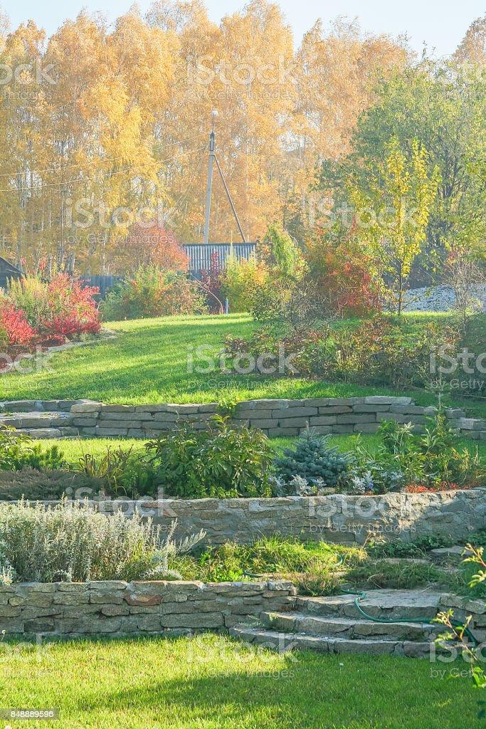 Otono Jardin Con Cesped Muros De Contencion Tobogan Alpino Stock - Muros-jardin