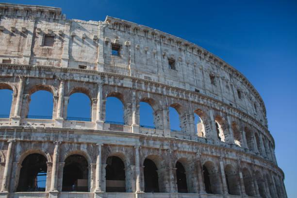 autumn in rome colosseum italy - rome road central view foto e immagini stock