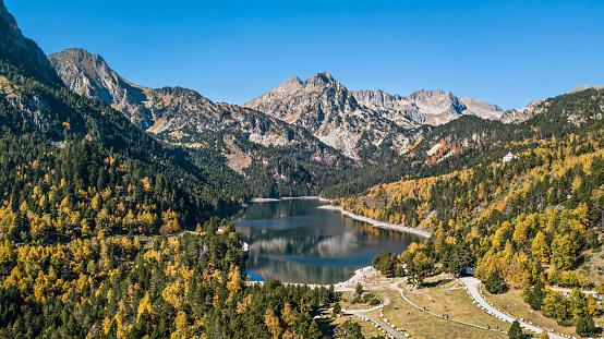 Autumn In Sant Maurici Lake Pyrenees Catalonia Spain — стоковые фотографии и другие картинки Без людей
