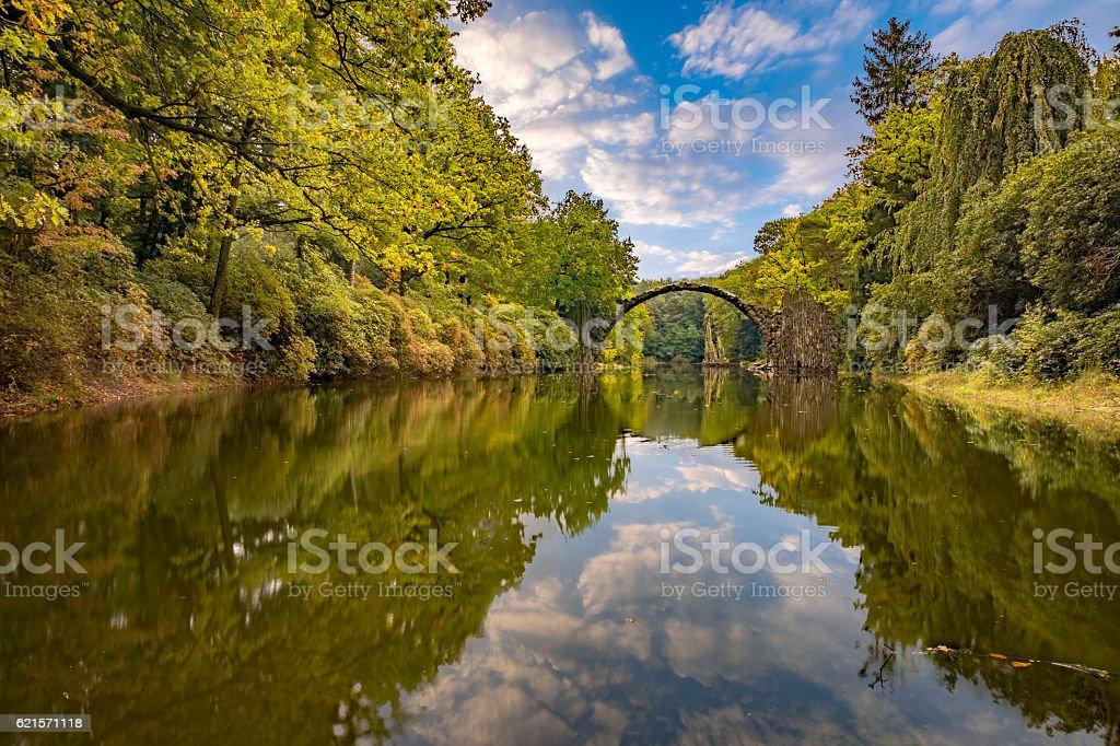 autumn in the park Kromlau, rhododendrons valley, Devil's bridge photo libre de droits