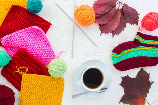 Outono de tricô com uma caneca de café - foto de acervo