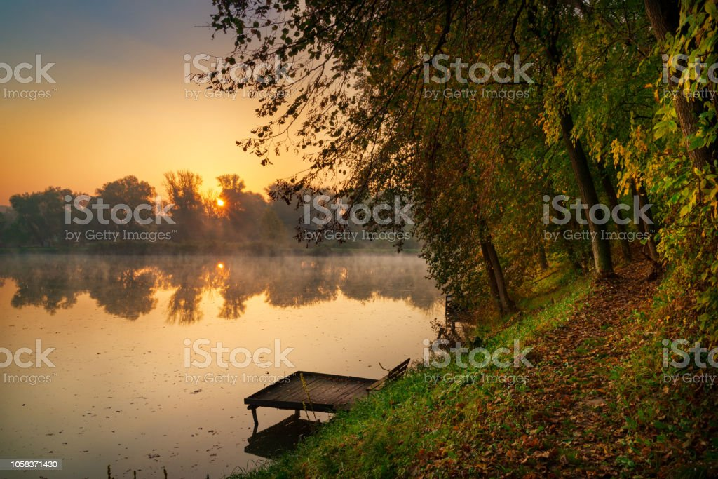Herbstlichen See am Morgen – Foto