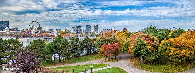 Vue de Montréal à partir de la cité du Havre en automne.