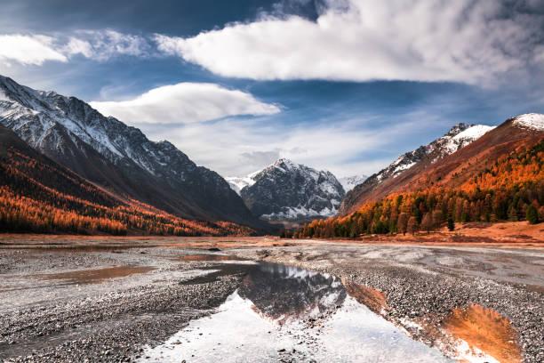 het landschap van de herfst van de kloof van aktru in bergen altai. siberië, rusland - altai nature reserve stockfoto's en -beelden