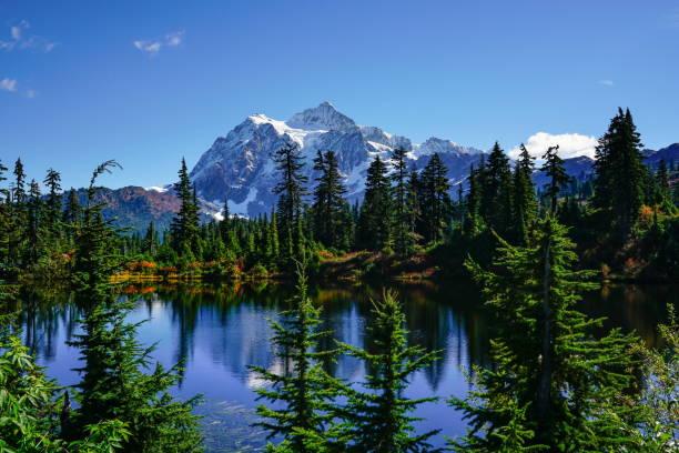 Paysage d'automne de la montagne de neige et le lac - Photo