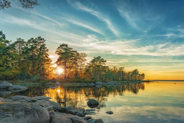 höstlandskap på sjön vid solnedgång - summer sweden bildbanksfoton och bilder
