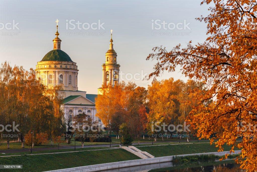 Herbstliche Landschaft mit Blick von der Kirche St. Michael der Erzengel. Russland, die Stadt Orjol – Foto