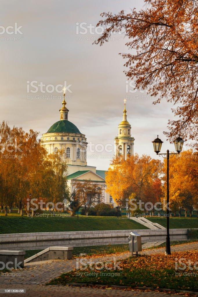 Herbstliche Landschaft mit Blick von der Kirche St. Michael der Erzengel. Russland, Stadt von Orjol – Foto
