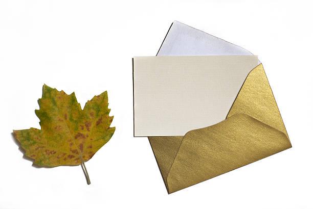 herbst blatt auf weißem hintergrund mit karte einladung und golden - herbst hochzeitseinladungen stock-fotos und bilder
