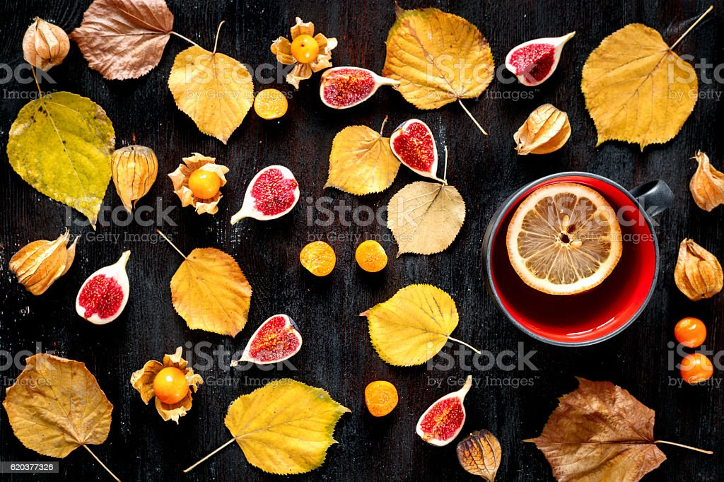 autumn leaves and hot tea on wooden background top view foto de stock royalty-free