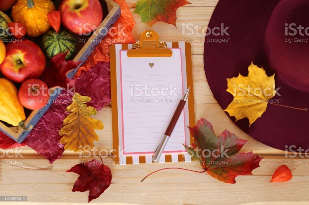 Automne mockup.empty presse-papiers, citrouilles, pommes, jaune feuilles d'érable et chapeau de Bourgogne sur une vue de table.top en bois, espace de la copie. Saison d'automne. Temps de l'automne - Photo