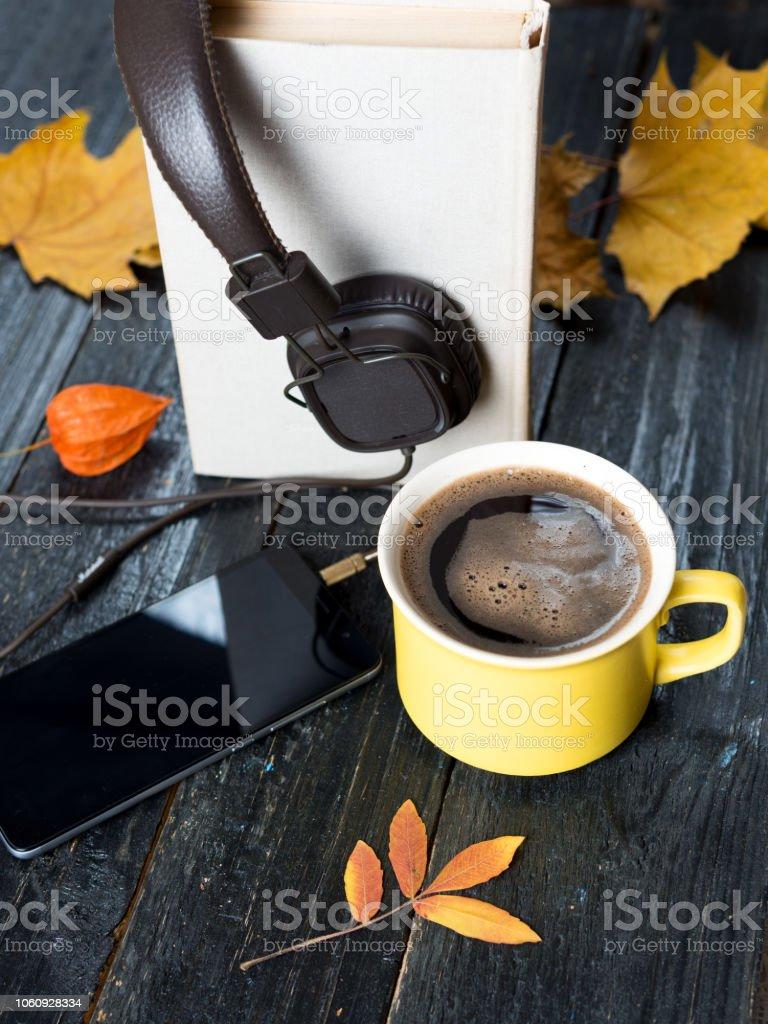clima de Outono para ler livros, ouvir música e café quente - foto de acervo