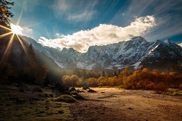 herbst morgen in den alpen  - friaul julisch venetien stock-fotos und bilder
