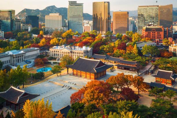 herfst van deoksugung koninklijk paleis en de stad seoul - korea stockfoto's en -beelden
