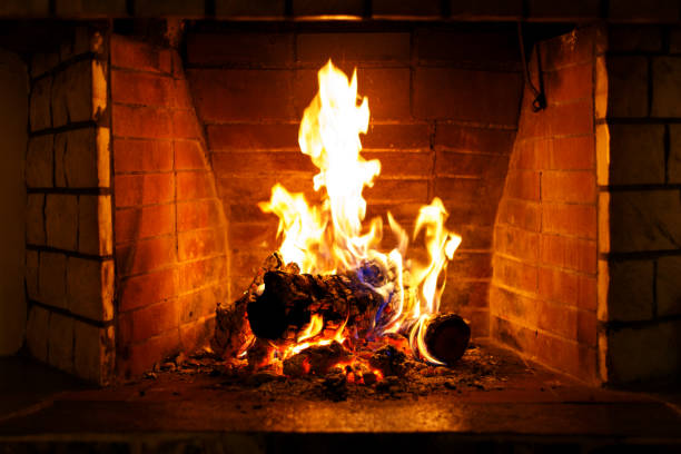 herfst of winter brandende open haard - fireplace stockfoto's en -beelden