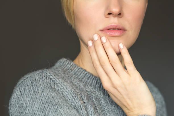 herbst oder winter woman nude make-up und maniküre - herbst nagellack stock-fotos und bilder
