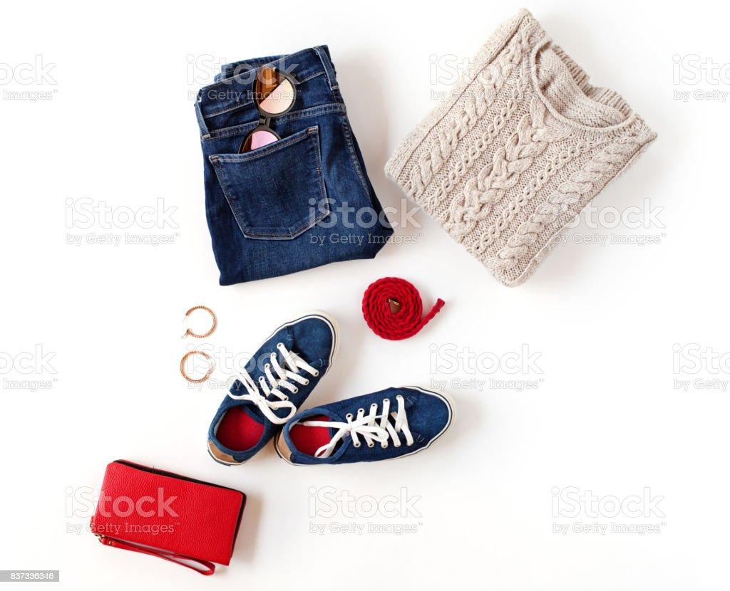 Traje de otoño. De las mujeres ropa de moda y accesorios en colores azules y rojos aislados sobre fondo blanco. Vista plana endecha, superior. foto de stock libre de derechos