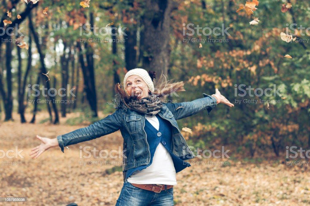 Güzel bir kızın sonbahar fotoğraf stok fotoğrafı
