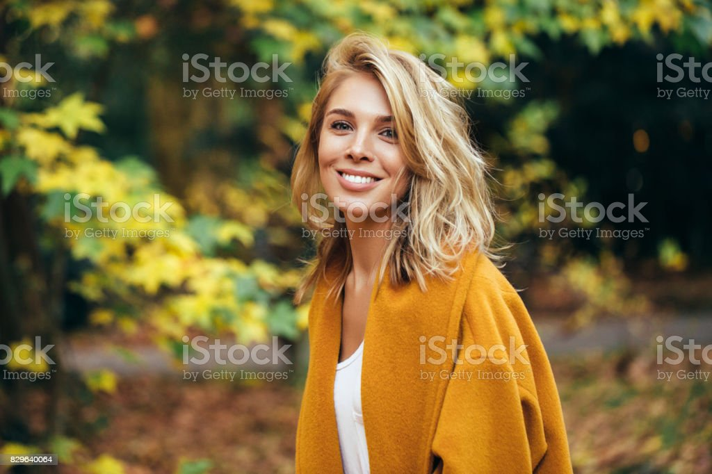 Autumn photo of a beautiful girl - foto stock
