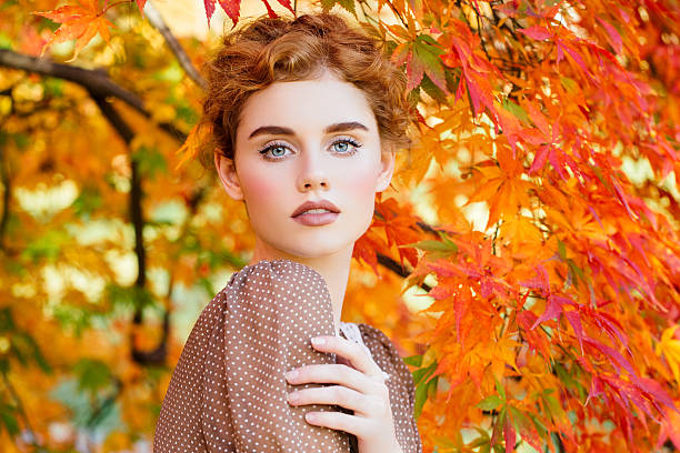 autumn photo of beautiful girl - moda de otoño fotografías e imágenes de stock