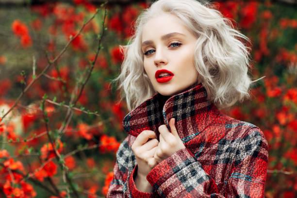 otoño foto de hermosa chica - moda de otoño fotografías e imágenes de stock