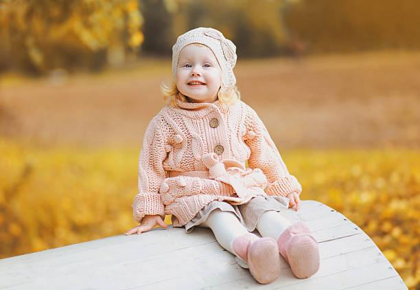 herbst portrait süßes positive kind - strickmantel stock-fotos und bilder