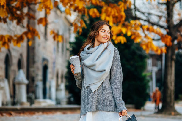 otoño retrato de una mujer - moda de otoño fotografías e imágenes de stock