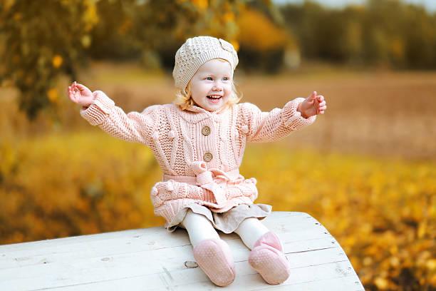 herbst portrait positive kind spaß - strickmantel stock-fotos und bilder
