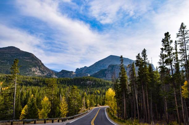 autumn road trip - estes park foto e immagini stock