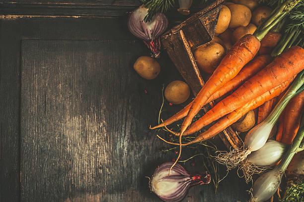 autumn root vegetables in wooden box , top view - warzywo korzeniowe zdjęcia i obrazy z banku zdjęć