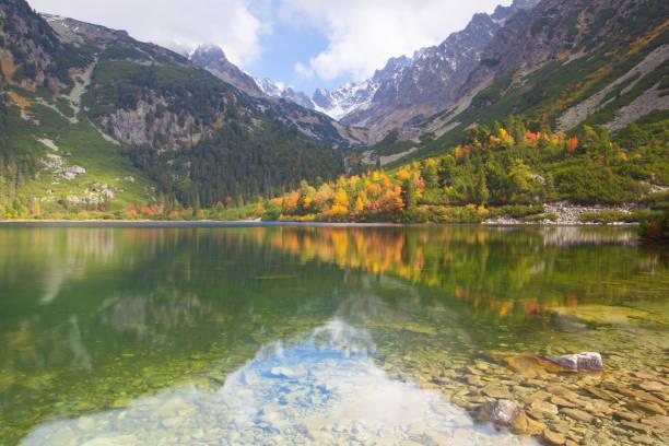 Décor de l'automne sur Popradské pleso. Slovaquie. - Photo