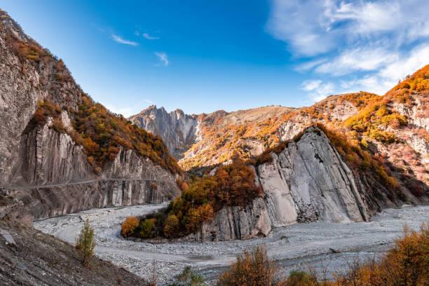 autumn season in the caucasus mountains - azerbejdżan zdjęcia i obrazy z banku zdjęć