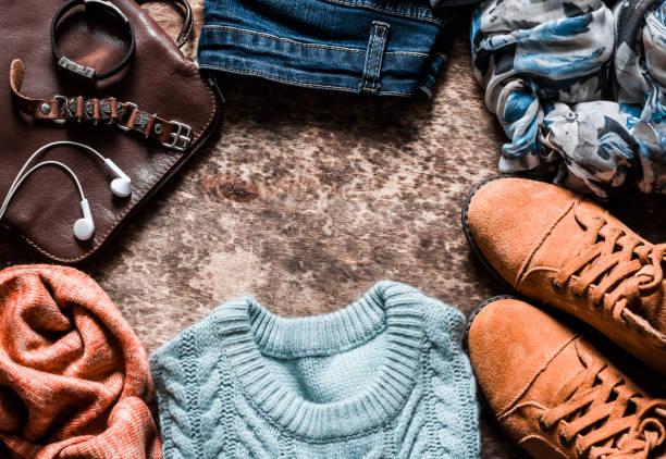 Herbst set Damenbekleidung - Wildlederschuhe, Jeans, Strick Pullover, Schal, Umhängetasche, Zubehör auf einem hölzernen Hintergrund, Ansicht von oben. Urban-Style, flach legen – Foto