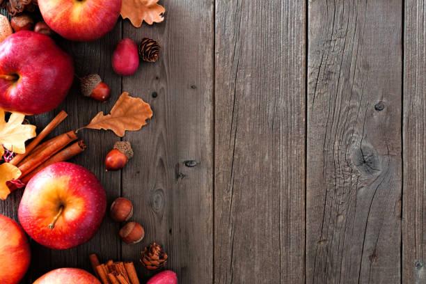 herbst seite grenze von äpfeln und herbst zutaten über holz - zimt pekannüsse stock-fotos und bilder