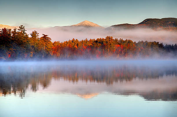 autumn snowcapped white mountains in new hampshire - new hampshire stockfoto's en -beelden